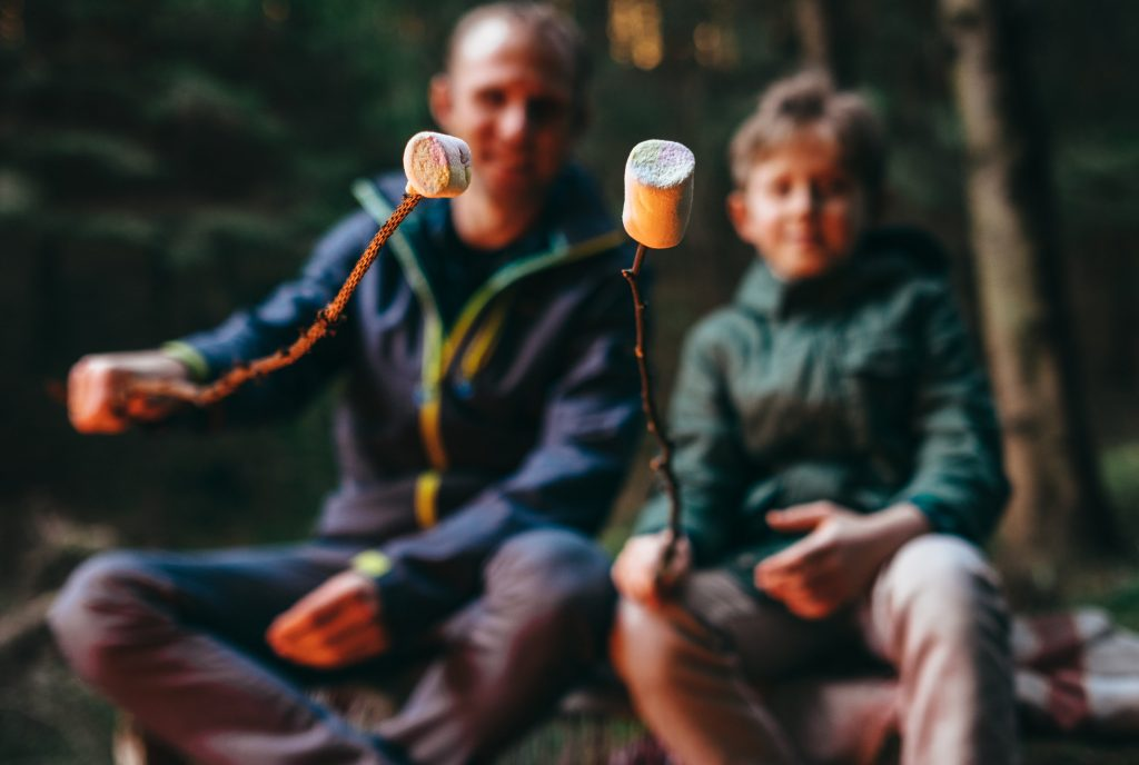 roasting marshmallows at a campsite soloway © 123rf
